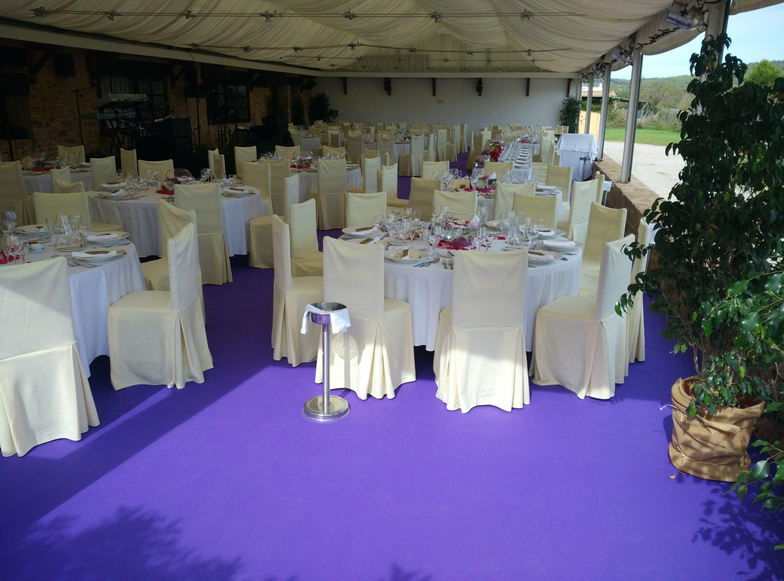 Ejemplo de moqueta para evento en color violeta, revestimiento servido para una boda en Ibiza. Rollos de moquetas por metros para cubrir el suelo del salón.