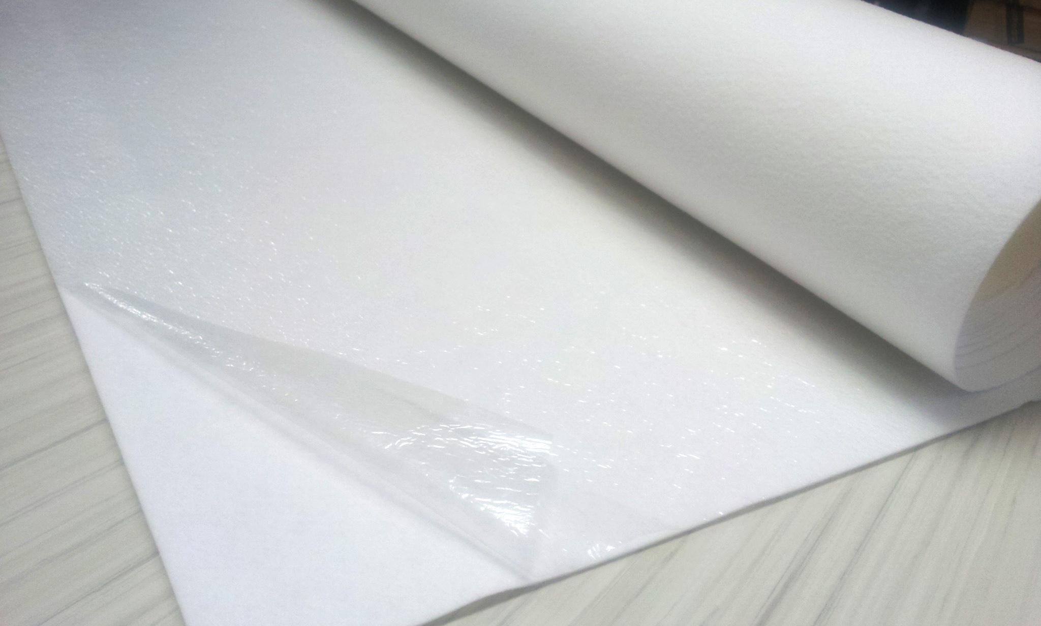 Todas nuestros rollos de moquetas se sirven con una capa protectora que evita que la moqueta se deteriore, manche o coja polvo en nuestros almacenes.